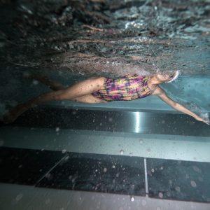 Serbest Yüzme (Crawl) Serbest stil bir yüzücünün yarışta arzu ettiği bir şekilde yüzmesi anlamına gelmekle beraber, ferdi karışık ve karışık bayrak yarışlarında serbest stil; sırt üstü, kurbağalama ve kelebek stilinden başka herhangi bir stil olarak telakki edilir.