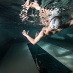 Sırtüstü Yüzme Yarışmacılar elleri çıkış demirlerine yerleştirilmiş ve yüzleri depar taşına dönük şekilde suyun içinde sıralanırlar. Ayak, başparmak dahil su yüzeyinin altında olmalıdır.