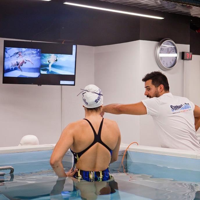 Sporcular için Yüzme Dersleri Daha hızlı yüzmenin yolu daha iyi ve doğru tekniklerle SwimLabs'te yüzmeyi öğrenmektir! SwimLabs havuzları 360º'lik bir video
