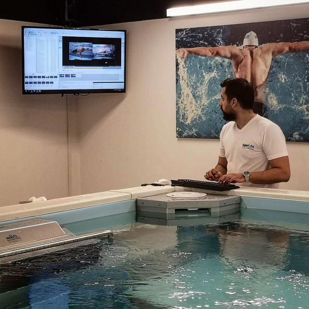 Video analiz yazılımı ve havuz önündeki ekranlardan, yüzücülere nasıl daha iyi ve daha hızlı olacak şekilde yüzebilecekleri konusunda anında geri bildirim sağlar.