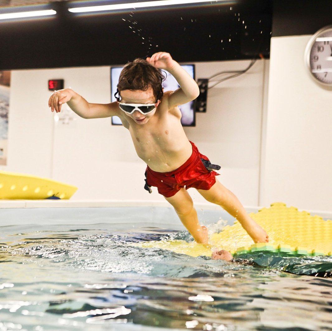 ÇOCUKLAR İÇİN YÜZME DERSLERİ Swimlabs, çocukların doğru, güvenli ve hızlı bir şekilde yüzme öğrenmeleri için başarılı, eğlenceli ve yenilikçi bir yöntem ile Çocuklar için Yüzme Dersleri sunmaktadır.